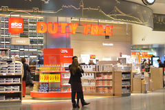 Folket i det tullfritt shoppar i Ataturk den internationella flygplatsen Arkivfoto