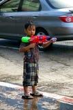 Folket i ett Songkran vatten slåss festival i Chiangmai, Thailand arkivfoton