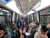 Folk i inre för gångtunneldrevvagn arkivfoton