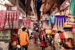Folket i lokal textil shoppar av den traditionella indiska sari Arkivfoto