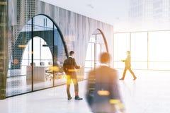 Folket i modernt kontor övar påtryckningar, sidosikten Arkivfoto