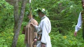 Folket i nationell kläder går skogen arkivfilmer