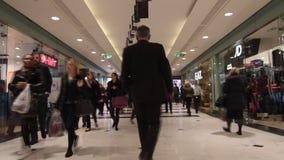 Folket i shopping rusar i galleria arkivfilmer