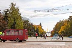 Folket i staden parkerar med den breda vandringsledet i Chernihiv, Ukraina Royaltyfria Foton