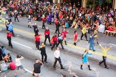 Folket i Star Trek dräkter går på Dragon Con Parade royaltyfri foto