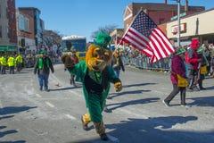 Folket i Sts Patrick dag ståtar Boston, USA Arkivfoton
