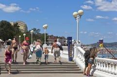 Folket ignorerar förbudet syns i en baddräkt förlägger offentligt semesterortstaden av Gelendzhik, den Krasnodar regionen, Ryssla Arkivbilder