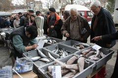 """Folket köper den nya fisken på en smutsig havs- marknad utanför i Sofia, Bulgarien†""""december 5, 2008 Royaltyfri Bild"""