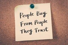 Folket köper från folk som de litar på Royaltyfria Foton