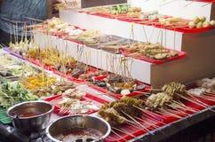 Folket köper och lagar mat stil för Lok Lok matmalaysian på restaurangen royaltyfria foton