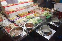 Folket köper och lagar mat stil för Lok Lok matmalaysian på restaurangen arkivfoto