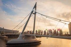 Folket kör på den Tanjong Rhu upphängningbron i morgonen royaltyfri foto