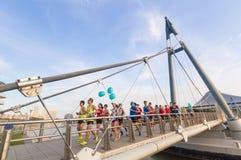 Folket kör på den Tanjong Rhu upphängningbron i morgonen arkivfoton