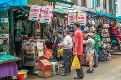 Folket kan den sedda linen up köpa den berömda anden för stek för Sze Ngan Chye ` s i den Petaling gatan, Kuala Lumpur Arkivbilder