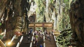 Folket kan sedd undersökning och att be i den hinduiska templet i Batu grottor Kuala Lumpur Malaysia lager videofilmer