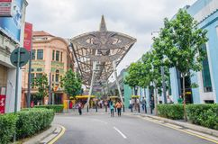 Folket kan ses att gå och shoppa runt om Kasturi gå tillsammans med den centrala marknaden, Kuala Lumpur Arkivfoton