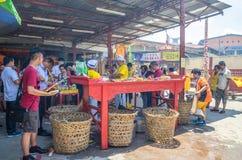 Folket kan sett be i templet under festivalen för nio kejsaregudar i Ampang, det också knowns som vegetarisk festival Fotografering för Bildbyråer