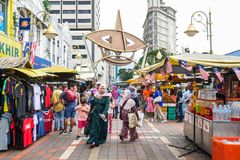 Folket kan sett gå och att shoppa runt om Kasturi för att gå tillsammans med den centrala marknaden, Kuala Lumpur Arkivbild