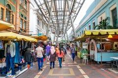 Folket kan sett gå och att shoppa runt om Kasturi för att gå tillsammans med den centrala marknaden, Kuala Lumpur Arkivfoto