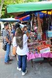 Folket kan sett köpa och undersökning framme av souvenirstallen Royaltyfria Foton