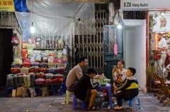 Folket kan sett tycka om deras mat på matstallsna i Hanoi, Vietnam Royaltyfria Bilder