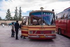Folket kliver in i en buss Royaltyfria Bilder