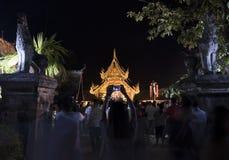 Folket kommer att betala respekt till den buddha reliken i buddistisk tempel Royaltyfria Bilder