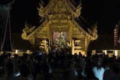 Folket kommer att betala respekt till den buddha reliken i buddistisk tempel Arkivbild