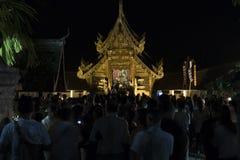 Folket kommer att betala respekt till den buddha reliken i buddistisk tempel Royaltyfri Bild