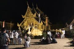 Folket kommer att betala respekt till den buddha reliken i buddistisk tempel Arkivbilder