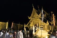 Folket kommer att betala respekt till den buddha reliken i buddistisk tempel Arkivfoton