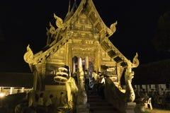 Folket kommer att betala respekt till den buddha reliken i buddistisk tempel Royaltyfria Foton