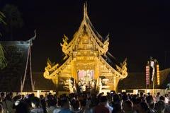 Folket kommer att betala respekt till den buddha reliken i buddistisk tempel Royaltyfri Fotografi