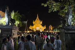 Folket kommer att betala respekt till den buddha reliken i buddistisk tempel Fotografering för Bildbyråer