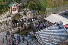 Folket kommer till den Kiyomisu deratemplet för sakralt vatten, som flödar från berget, den Kiyomisu deratemplet, kyoto, Japan Royaltyfria Foton