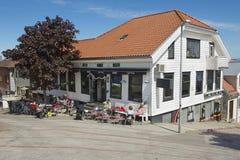 Folket kopplar av i ett kafé i i stadens centrum Stavanger i Stavanger, Norge Royaltyfri Fotografi