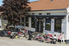 Folket kopplar av i ett kafé i i stadens centrum Stavanger i Stavanger, Norge Arkivbild