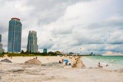 Folket kopplar av i Miami Beach under feriesäsong på molnig dag Arkivfoton