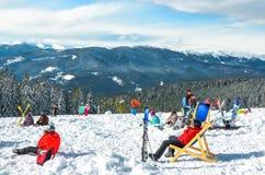 Folket kopplar av i vintersemesterorten Arkivfoton