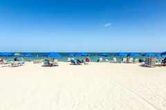 Folket kopplar av på Crandonen parkerar stranden royaltyfria foton