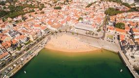 Folket kopplar av på de härliga stränderna av Cascais Portugal den flyg- sikten Arkivbild