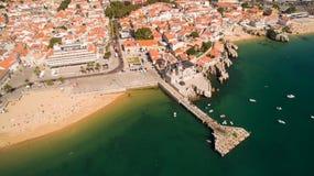 Folket kopplar av på de härliga stränderna av Cascais Portugal den flyg- sikten Arkivfoton