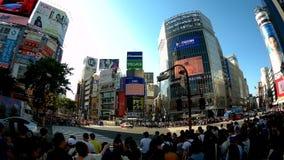 Folket korsar den berömda den Shibuya korsningen genomskärningen arkivfilmer