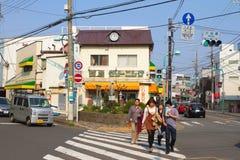 Folket korsar gatan i Kamakura, Japan Royaltyfri Foto