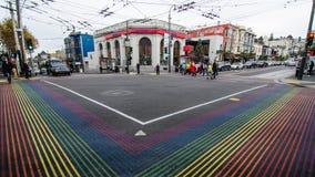 Folket korsar på regnbågegenomskärningen i Castro District Arkivfoton