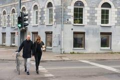 Folket korsar vägen på trafikljuset i Vilnius, Litauen Arkivfoto