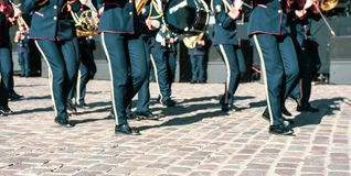 Folket lägger benen på ryggen ståtar på med musikinstrument arkivfoto