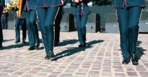 Folket lägger benen på ryggen ståtar på med musikinstrument arkivfoton