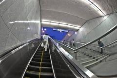 Folket lämnar tunnelbanastationen Arkivbilder