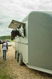 Folket laddar hästar in i skåpbilen för trans. Royaltyfri Bild